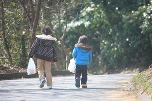 コンビニ袋をもった子供たちの写真素材 [FYI00054849]