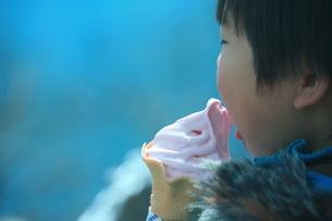 イチゴソフトクリームを食べる子供の写真素材 [FYI00054851]