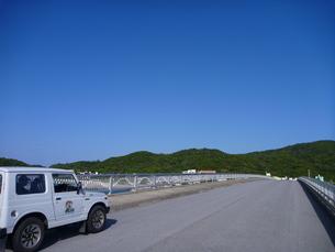 軽自動車と道の写真素材 [FYI00055372]