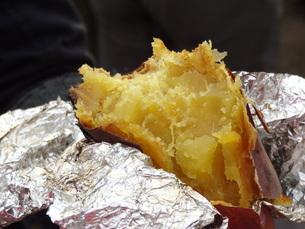 焼き芋の写真素材 [FYI00055425]