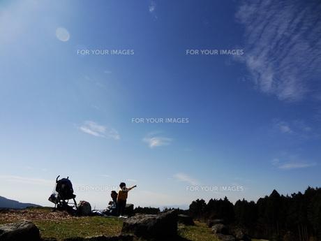 空と子供の写真素材 [FYI00055532]