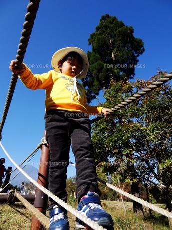 バランスをとって歩く子供の写真素材 [FYI00055544]