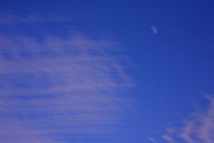 空と雲と月の素材 [FYI00055588]