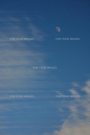 空と雲と月の素材 [FYI00055594]