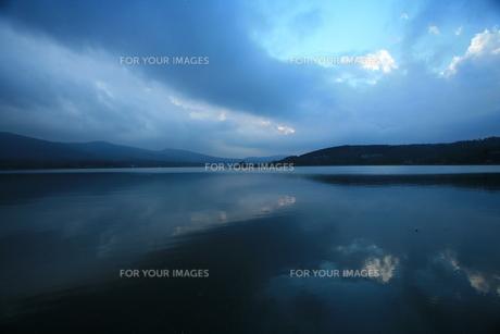 空と雲と湖の素材 [FYI00055606]