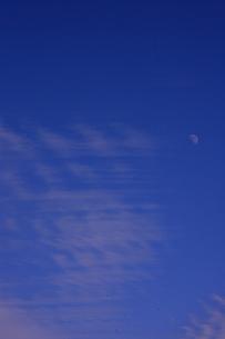空と雲と月の素材 [FYI00055610]