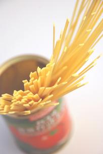 スパゲティとホールドトマトの空き缶の写真素材 [FYI00056017]