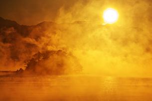 朝日と気嵐と唐島の素材 [FYI00056173]