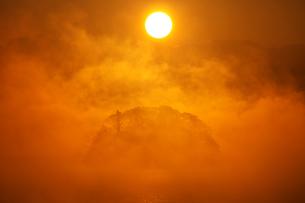 朝陽と気嵐の素材 [FYI00056187]