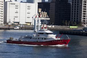 運河を運行する消防艇の写真素材 [FYI00056284]