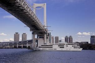 レインボーブリッジを走行する観光船の写真素材 [FYI00056295]