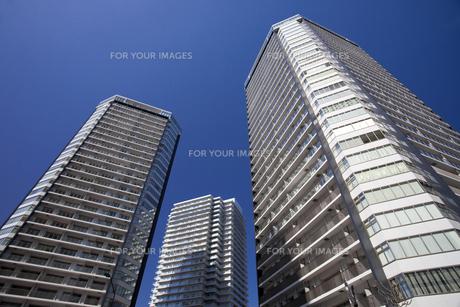 青空と高層マンションの写真素材 [FYI00056334]