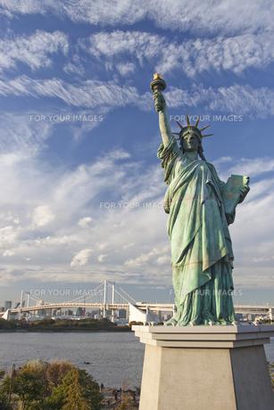 お台場の自由の女神と雲の写真素材 [FYI00056349]