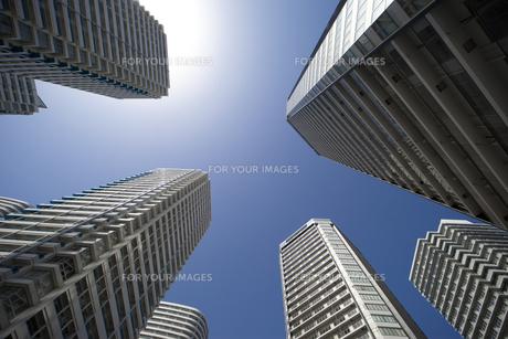 青空の高層マンション群を見上げるの写真素材 [FYI00056355]