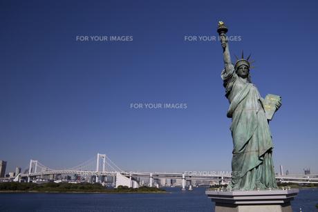 お台場の自由の女神とレインボーブリッジの写真素材 [FYI00056385]