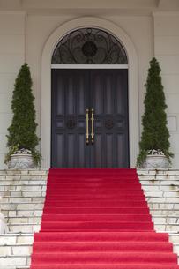 赤い絨毯の階段の写真素材 [FYI00056466]