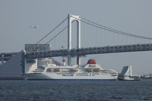 レインボーブリッジを走行する豪華客船の写真素材 [FYI00056487]