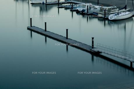 桟橋とヨットの写真素材 [FYI00056750]
