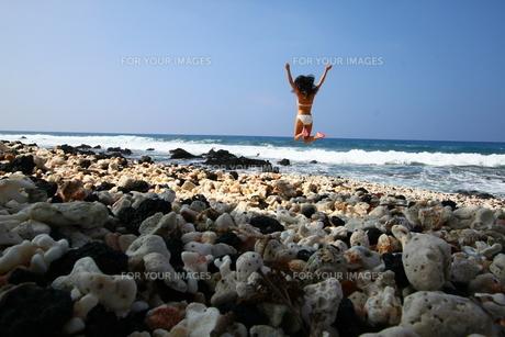 ハワイ島のビーチで白いビキニ女性のジャンプの写真素材 [FYI00057045]