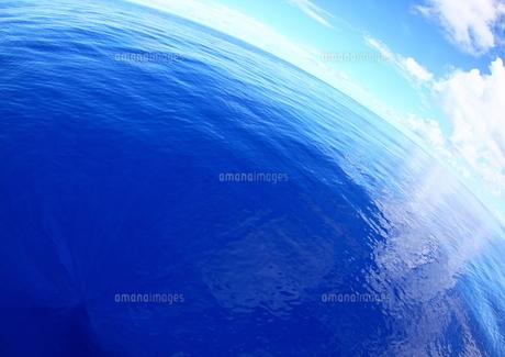 広く青い海、地球は丸いの写真素材 [FYI00057060]