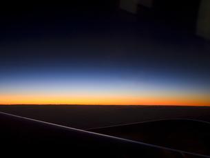 飛行機から見た朝日の写真素材 [FYI00057117]