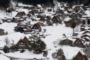 雪の白川郷の写真素材 [FYI00057224]