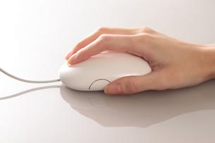 マウス操作 女性の手の写真素材 [FYI00057269]