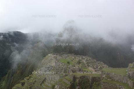 霧のマチュピチュの写真素材 [FYI00057319]