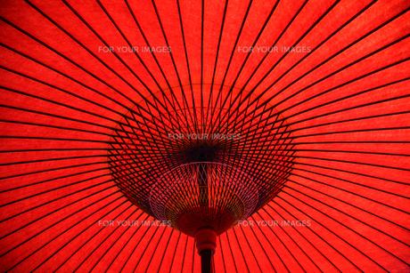 赤い和傘の素材 [FYI00057483]