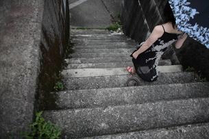 堤防の階段を降りる女性の写真素材 [FYI00057566]