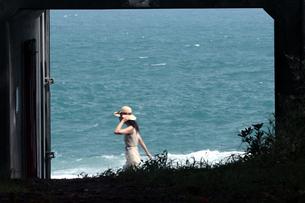 海の前を歩く女性の写真素材 [FYI00057569]