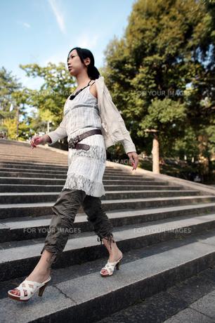 階段の上を歩く女性の写真素材 [FYI00057574]