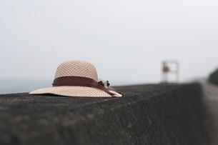 堤防に麦藁帽子の写真素材 [FYI00057578]