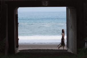 海の前を通り過ぎる女性の写真素材 [FYI00057581]