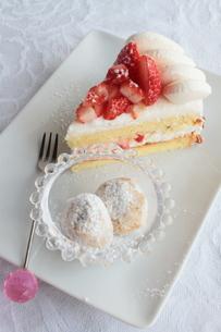 イチゴのショートケーキとチョコレートの写真素材 [FYI00057595]