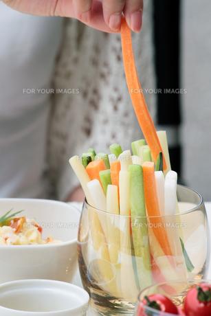 スティックサラダをつまむ女性の指先の写真素材 [FYI00057613]