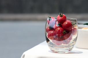 グラスに入ったプチトマトの写真素材 [FYI00057614]