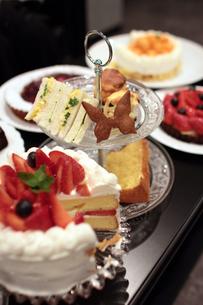 カフェのケーキとアフタヌーンティーセットの写真素材 [FYI00057632]