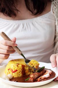 カレーを食べる女性の写真素材 [FYI00057654]