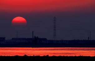 夕日に照らされて輝く川の写真素材 [FYI00057657]