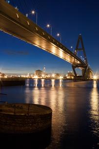 海にかかる高速道路の夜明けの写真素材 [FYI00057670]
