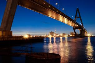 海にかかる高速道路の夜明けの写真素材 [FYI00057671]