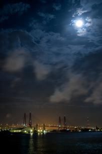 海にかかる高速道路と月の写真素材 [FYI00057676]