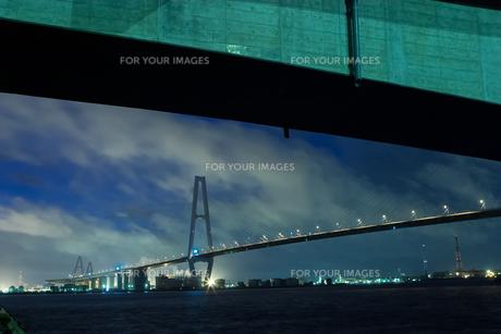 高架下からのぞむ海にかかる高速道路の素材 [FYI00057678]