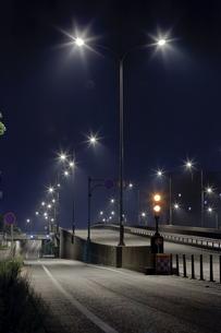 真夜中の国道の街灯の写真素材 [FYI00057682]