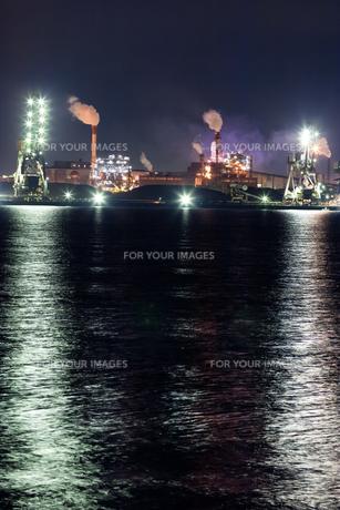 海を照らす工場の明かりの素材 [FYI00057684]