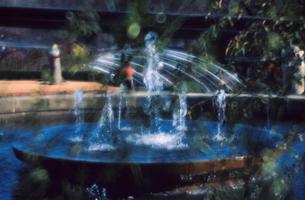 ソフトフィルターをかけた公園の噴水の写真素材 [FYI00057685]