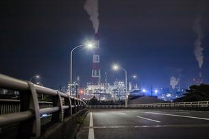 国道から続く工業地帯の写真素材 [FYI00057691]
