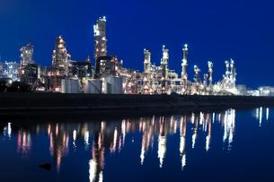 運河沿いの工業地帯の夜明けの素材 [FYI00057693]