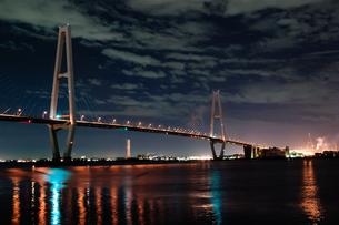 海にかかる夜明けの高速道路の素材 [FYI00057695]